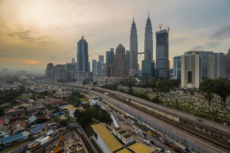 KUALA LUMPUR, MALASIA 2 DE MAYO DE 2016: las opiniones de los edificios de KLCC de un apartamento fotografía de archivo