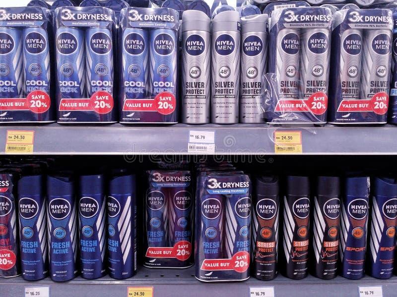 KUALA LUMPUR, MALASIA - 20 DE MAYO DE 2017: Producto de Nivea en estantes del supermercado Es poseído por el AG global de Beiersd imagenes de archivo