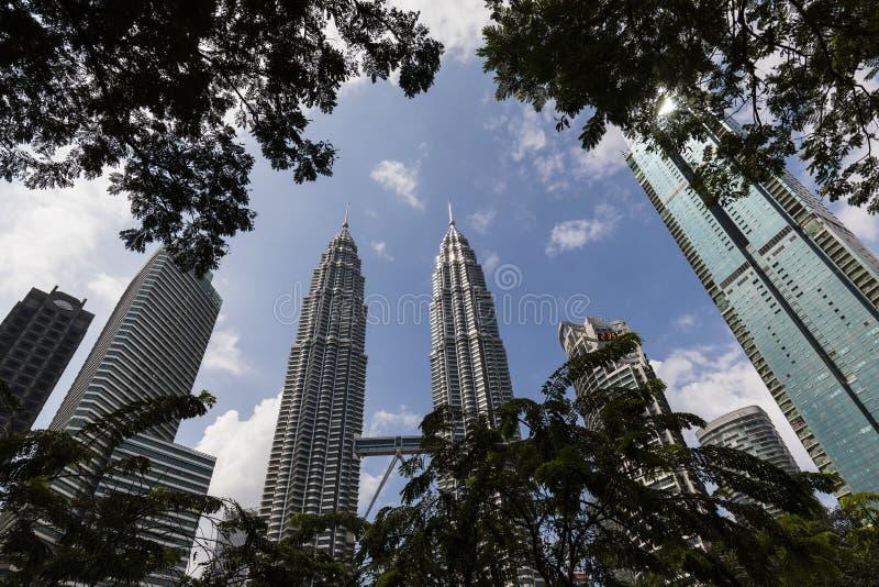 KUALA LUMPUR, MALASIA, el 13 de diciembre de 2017: Las torres gemelas de Petronas imágenes de archivo libres de regalías