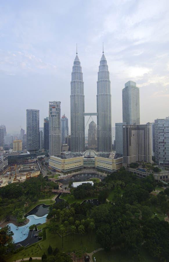 KUALA LUMPUR, MALASIA - OCT19: Torres gemelas de Petronas en el crepúsculo el 19 de octubre de 2015 en Kuala Lumpur fotos de archivo