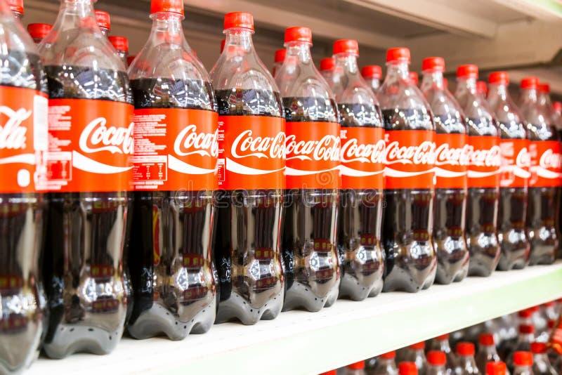 KUALA LUMPUR, MALAYSIA, am 16. April 2016: Coca Cola behalten sein L bei lizenzfreies stockbild