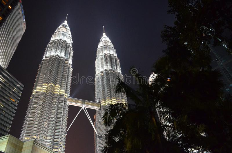Kuala Lumpur Malaysia - April 22, 2017: Nattsikt av de upplysta Petronas tvillingbröderna i Kuala Lumpur, Malaysia royaltyfri bild