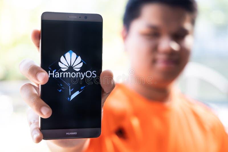 KUALA LUMPUR, MALAYSIA, 11. August 2019: Huawei gibt offiziell sein neues Betriebssystem HarmonyOS bekannt. Illustrativ lizenzfreie stockbilder