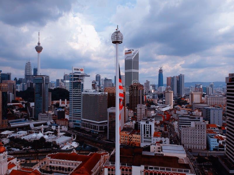 Kuala Lumpur Malaysia - December 28, 2017: Den flyg- sikten av Malaysia ` s hudflänger med Kuala Lumpuor City horisontubackgr royaltyfri fotografi