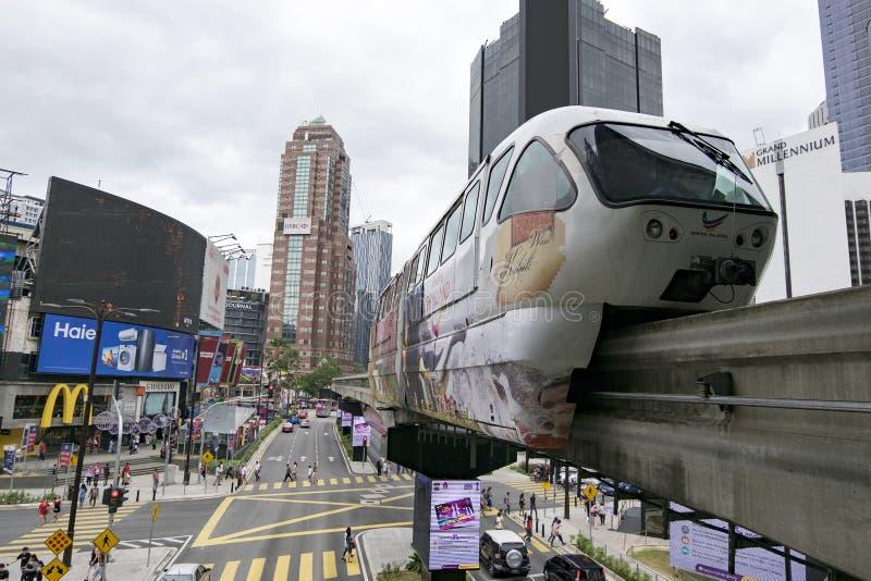 KUALA LUMPUR, MALAYSIA - DEZEMBER 31,2017: Der Kiloliter-Einschienenbahnzug, der durch an Bereich Bukit Bintang, berühmtes Einkau lizenzfreies stockfoto