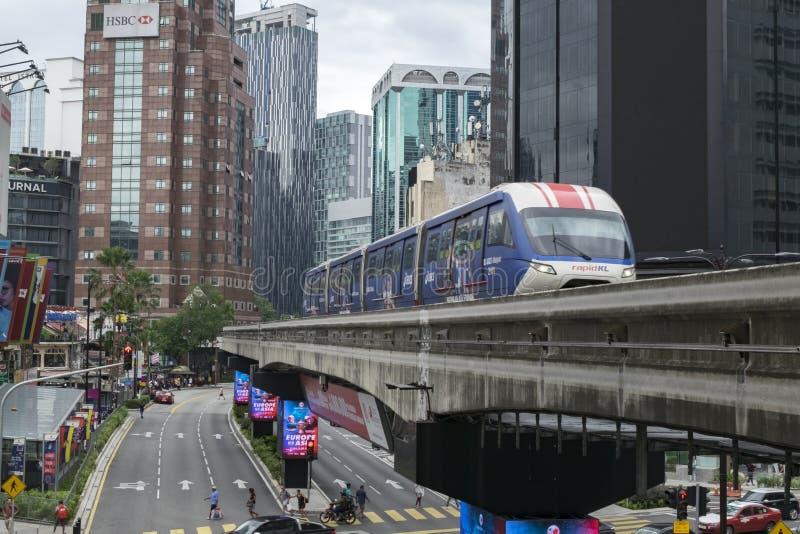 KUALA LUMPUR, MALAYSIA - DEZEMBER 31,2017: Der Kiloliter-Einschienenbahnzug, der durch an Bereich Bukit Bintang, berühmtes Einkau lizenzfreie stockfotografie