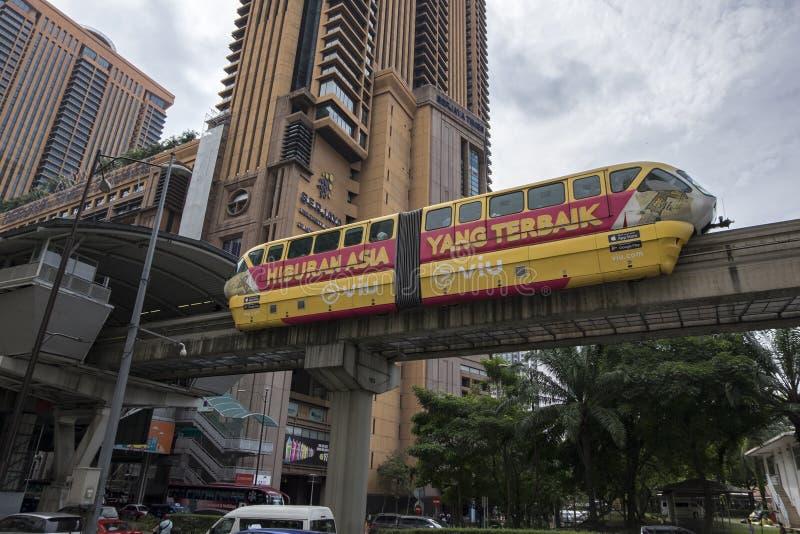 KUALA LUMPUR, MALAYSIA - DEZEMBER 31,2017: Kiloliter-Einschienenbahnzug, der durch Berjaya-Times Square-Station, das höchste Eink stockfotografie