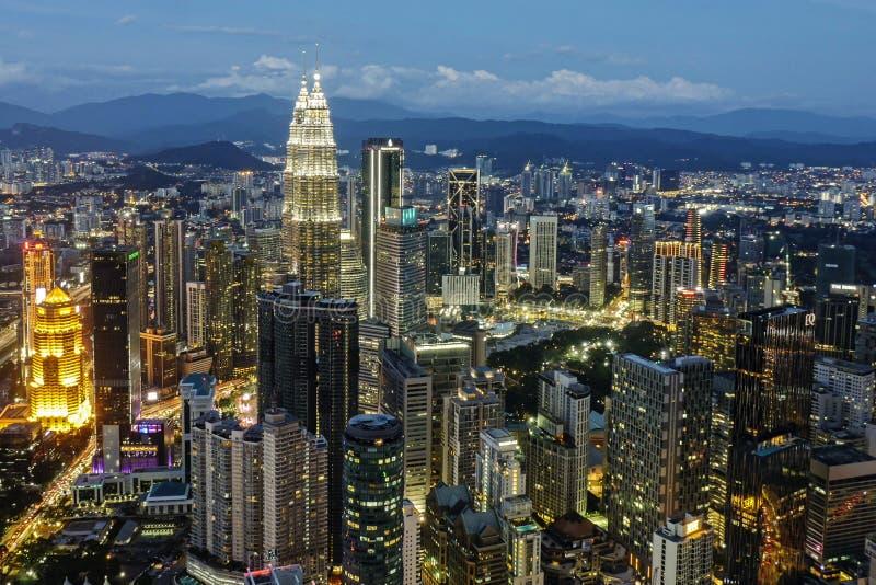 KUALA LUMPUR/MALAYSIA - 2019: Härlig flyg- sikt för nattstadsljus på solnedgång från det Menara KL tornet royaltyfri bild