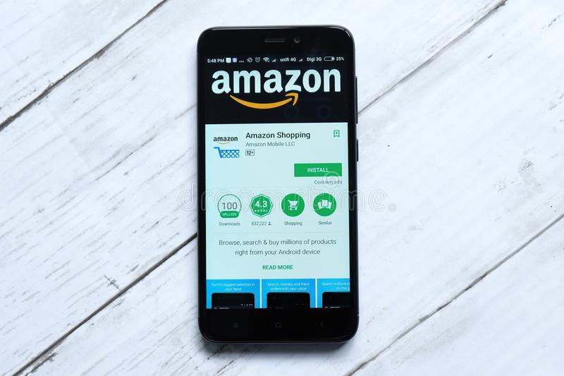 KUALA LUMPUR, MALAYSIA - 28. JANUAR 2018: Amazonas-APP-Anzeige auf androidem Spiel-Speicher Amazonas wurde von Jeff Bezos gegründ lizenzfreies stockfoto