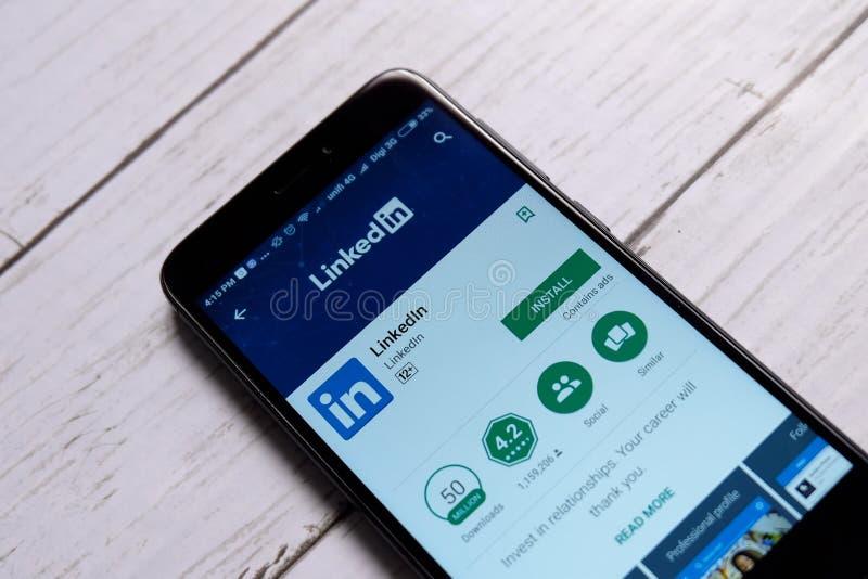 KUALA LUMPUR MALAYSIA - JANUARI 28TH, 2018: LinkedIn skärm i androidleklager LinkedIn är orienterad s för affären och anställning royaltyfria bilder