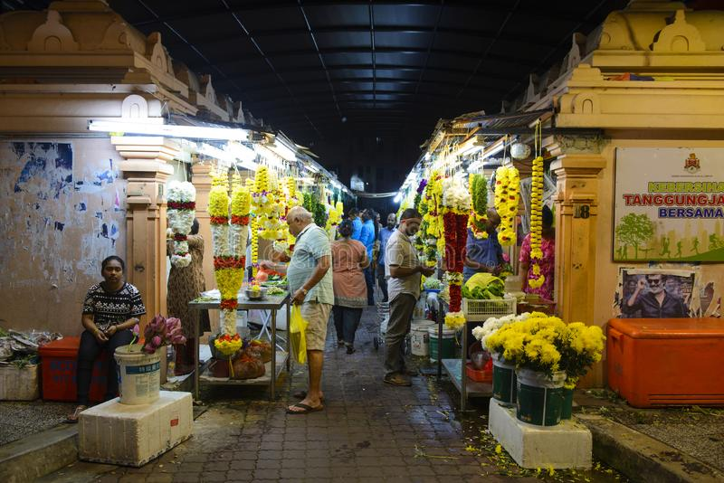 Kuala Lumpur, Malaysia - 17. Juli 2018: Erstaunliche bunte Blumengirlanden am Kiloliter-Straßenmarkt an wenigen Indien-Brickfield lizenzfreie stockfotos