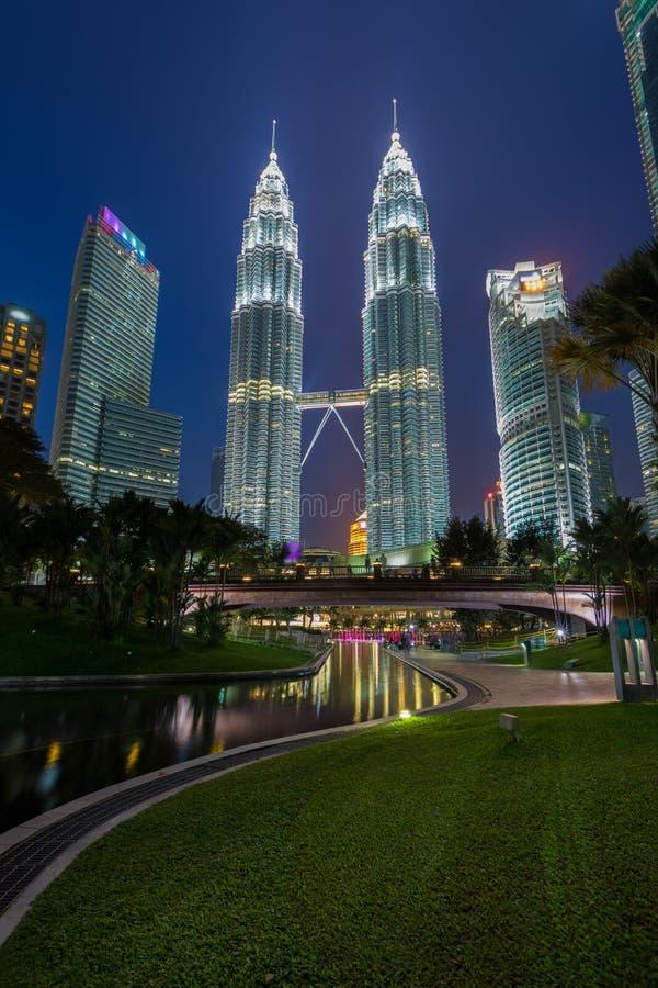 KUALA LUMPUR MALAYSIA JULI 15: Nattsikt av Petronas tvilling- Towe fotografering för bildbyråer