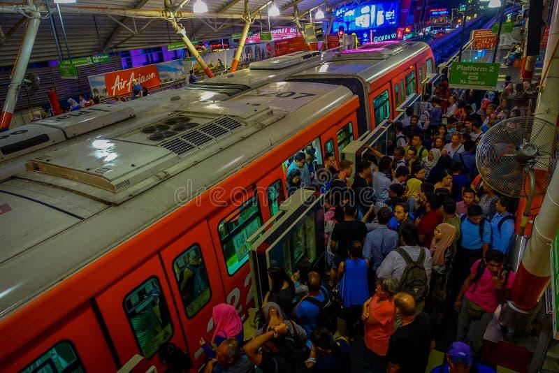 Kuala Lumpur, Malaysia - 9. März 2017: Sehr beschäftigte Bahnstation in der Stadt, mit Mengen des Pendlerwartens ihres lizenzfreies stockfoto