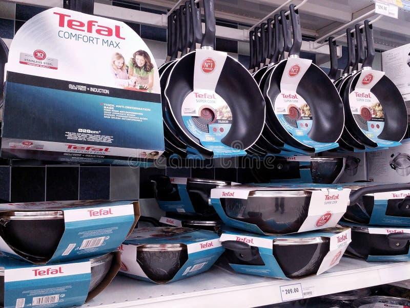 KUALA LUMPUR, MALAYSIA - 20. MAI 2017: Vielzahl von Tefal-Produkt angezeigt am Supermarkt Tefal ist französische basierte Firma lizenzfreies stockfoto