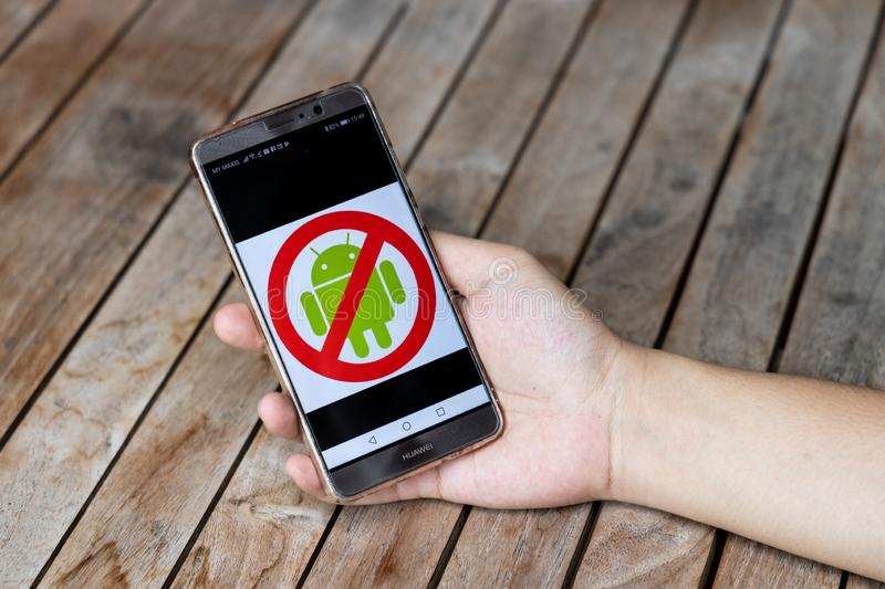 KUALA LUMPUR, MALAYSIA, MAY 21, 2019: Person holding Huawei Mate phone No Android signage. U.S. companies began  to curb sales to. Chinese telecom Huawei stock photography