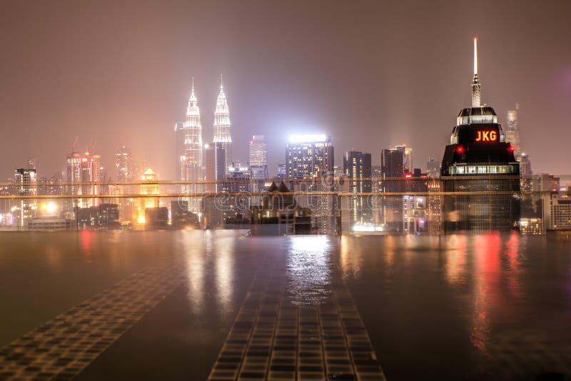 Kuala Lumpur, Malaysia, am 1. Oktober 2018: Ansicht von Kuala Lumpur City vom Spitzenswimmingpool des Dachs nachts stockfotografie