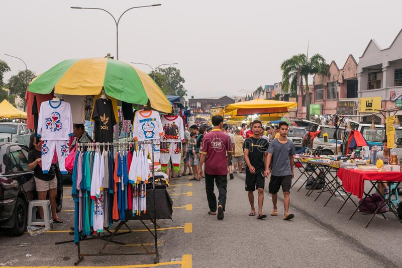 People can seen shopping and exploring around Seri Kembangan night market on Monday. Kuala Lumpur,Malaysia - Sept 9,2019 : People can seen shopping and exploring stock photography
