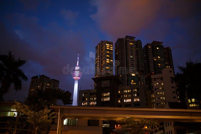 Kuala Lumpur Malaysia - 13th Februari, 2018: Landskap för stad för Kuala Lumpur nattgator och Menara KL tornsikt royaltyfria foton