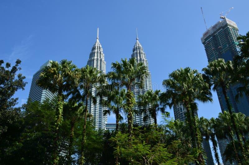 Kuala Lumpur, Maleisië - April 23, 2017: Dagmening van de Tweelingtorens van Petronas en de naburige gebouwen in Kuala Lumpur, Ma stock foto's
