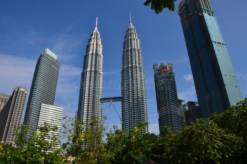 Kuala Lumpur, Maleisië - April 23, 2017: Dagmening van de Tweelingtorens van Petronas en de naburige gebouwen in Kuala Lumpur, Ma royalty-vrije stock foto