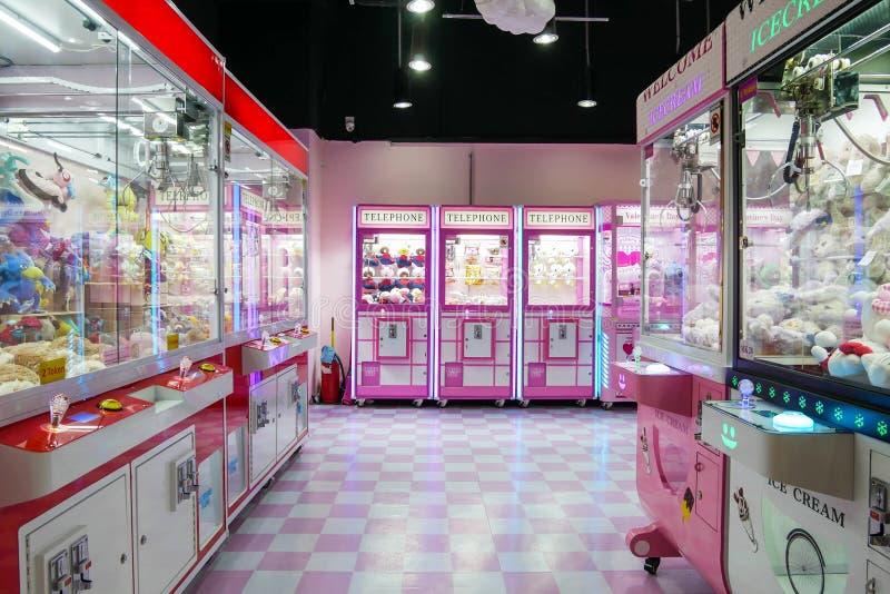 Kuala Lumpur, Maleisië - April 13,2019: De kleurrijke het stuk speelgoed van het arcadespel machine van de klauwkraan waar de men stock afbeeldingen