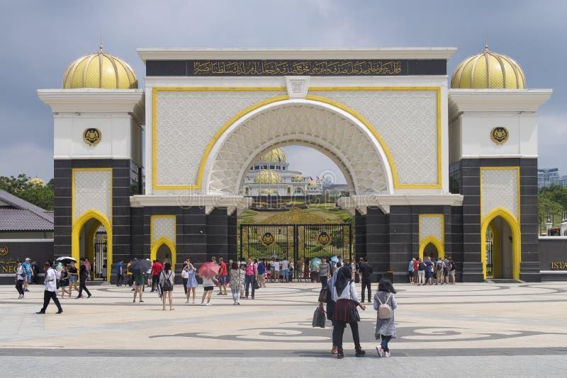 Kuala Lumpur, Maleisië - Juli 21, 2018; De ingang van Istana Negara het Paleis van de Sultan van Maleisië stock foto