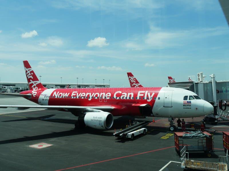 Kuala Lumpur, Maleisië--Maart 2018: Een vliegtuig van Luchtazië laadt passagiers en lading in Kuala Lumpur International Airport  stock fotografie