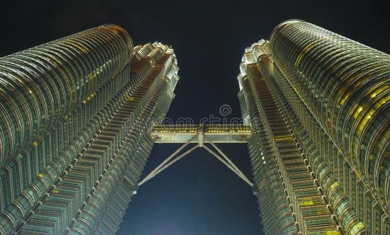 KUALA LUMPUR/MALEISIË - 2019: Nachtmening van de indrukwekkende tweelingtorens en de brug van Petronas bij het gebied van Kuala L stock foto's