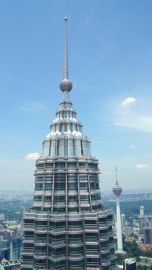 KUALA LUMPUR, MALESIA - 12 aprile 2015: Il dettaglio della cima di Petronas si eleva in Kuala Lumpur ha osservato direttamente da fotografia stock libera da diritti