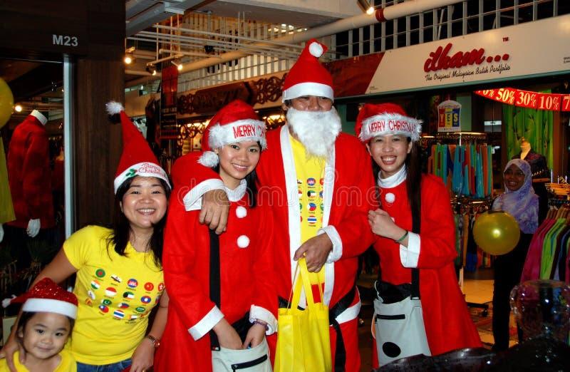 Kuala Lumpur, Malesia: Il Babbo Natale ed assistenti fotografia stock libera da diritti