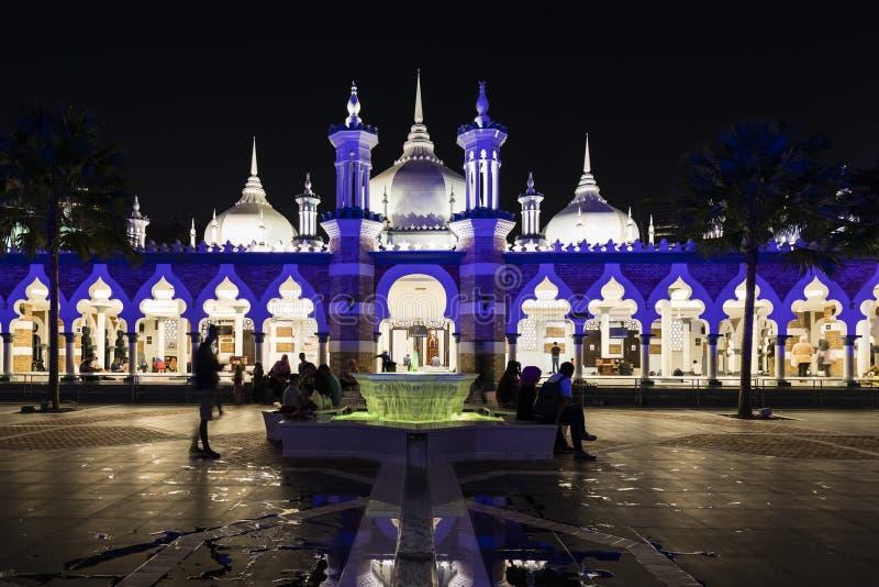Kuala Lumpur, Malesia, il 15 dicembre 2017: Moschea illuminata blu immagine stock