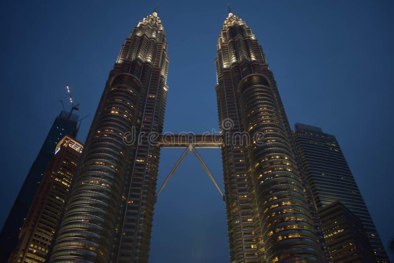 Kuala Lumpur, Malesia - 3 novembre 2017: Torre di KLCC alla notte fotografia stock libera da diritti