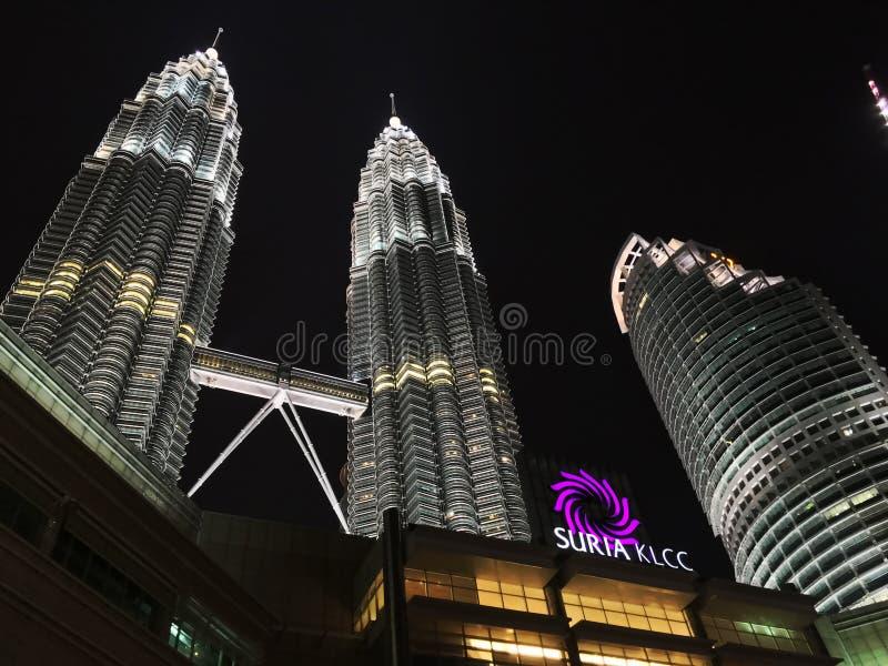 Kuala Lumpur, Malesia - 10 ottobre 2016: Scena di notte delle torri gemelle di Petronas e di Suria KLCC immagine stock libera da diritti