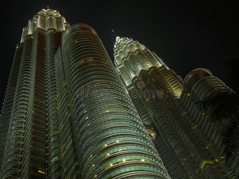 KUALA LUMPUR/MALESIA - 2019: Vista di notte delle torri gemelle impressionanti di Petronas ad area di Kuala Lumpur KLCC fotografia stock