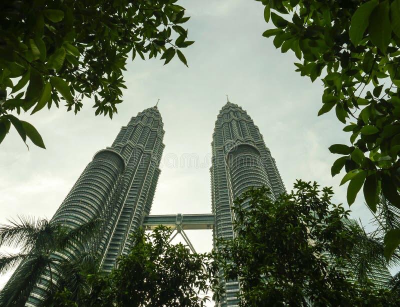 KUALA LUMPUR, MALEZJA/- 2019: imponująco widok Petronas most w Kuala Lumpur centrum miasta wyłaniać się i bliźniacze wieże zdjęcie royalty free