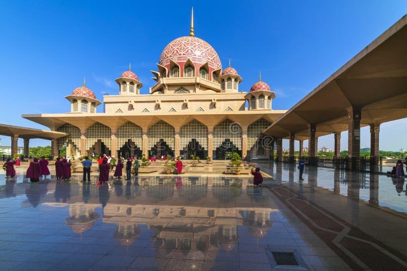 Kuala Lumpur, Malezja/: 22 2019 Kwiecie?: pi?kny kopu?a dekla menchii Masjid Putra Putra Meczetowy Muzu?ma?ski meczet Putrajaya s zdjęcia stock