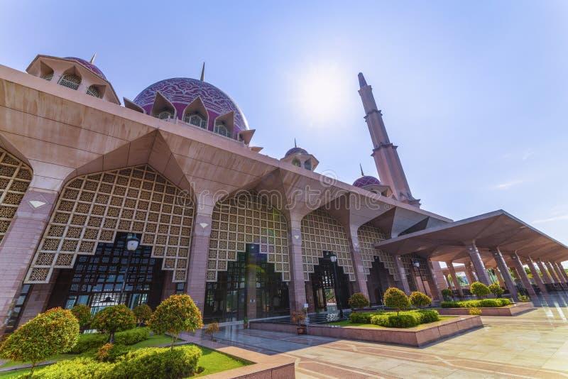 Kuala Lumpur, Malezja/: 22 2019 Kwiecie?: pi?kny kopu?a dekla menchii Masjid Putra Putra Meczetowy Muzu?ma?ski meczet Putrajaya s obrazy stock