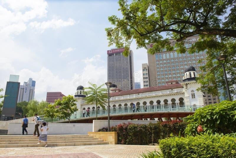 Kuala Lumpur Malezja, Lipiec, - 17, 2018: Turyści chodzą na nowym moscie budującym łączyć Masjid Jamek meczet z sułtanem Abd obraz royalty free