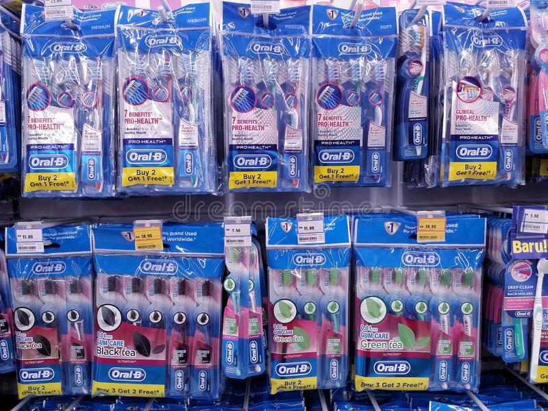 KUALA LUMPUR MALEZJA, MAJ, - 20, 2017: oralny toothbrush wystawiający przy supermarketem oralna był część hazard & Procter zdjęcia stock