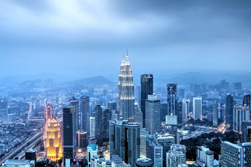 Kuala Lumpur, Malezja, Październik 1, 2018: Nieprawdopodobny widok Petronas góruje przy półmrokiem Widok od Menara wierza zdjęcia stock
