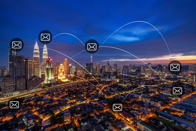 Kuala Lumpur med emailsymboler arkivfoton