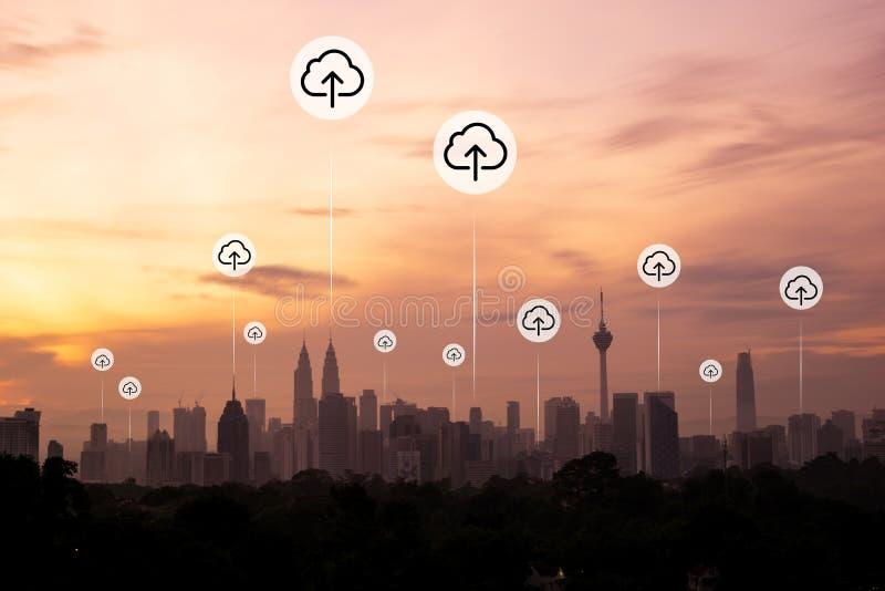 Kuala Lumpur med molnet laddar upp symboler arkivfoton