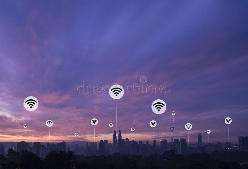 Kuala Lumpur met wifipictogrammen royalty-vrije stock afbeeldingen