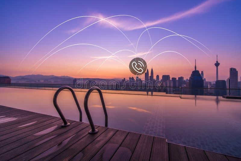 Kuala Lumpur oändlighetspöl med telefonsymboler arkivfoton