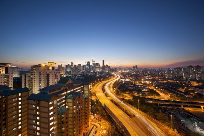 Kuala Lumpur Skyline met Weg bij Schemering royalty-vrije stock foto