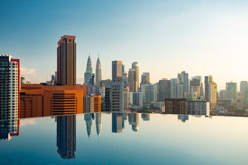 Kuala Lumpur-Skylinepoolansicht stockfoto