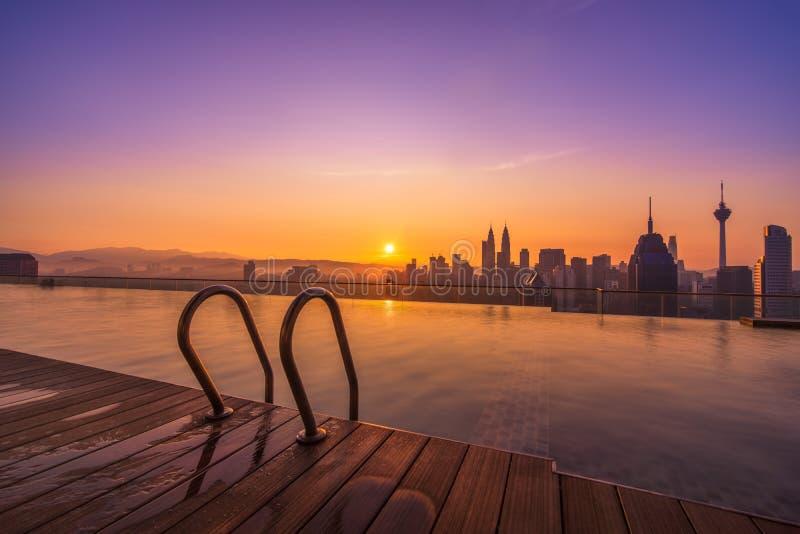 Kuala Lumpur soluppgång med oändlighetspölen arkivfoton