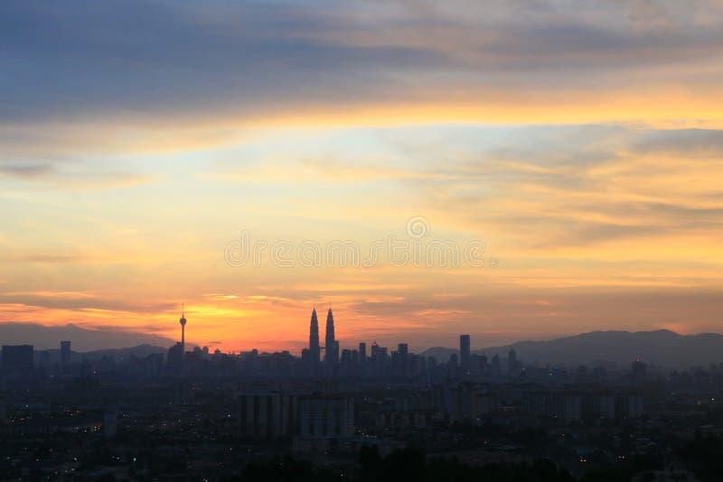 Kuala Lumpur stadsscape KLCC KL står högt under solnedgång arkivbilder