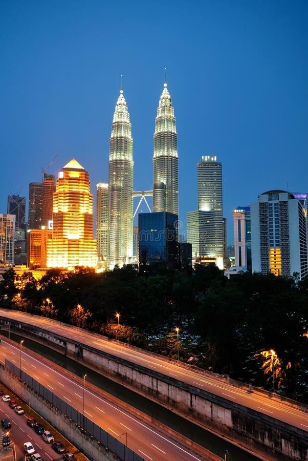 Kuala Lumpur-Wolkenkratzernachtlandschaft während der blauen Stunde stockfotos