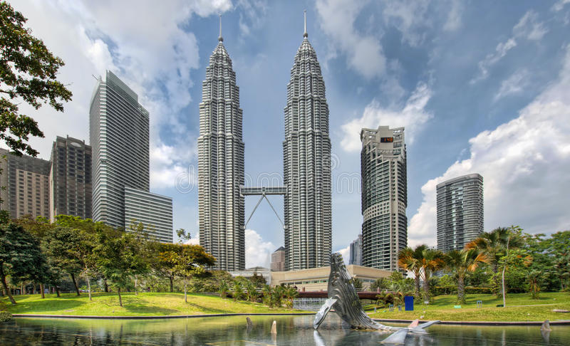 Kuala- Lumpurstadt-Skyline vom KLCC Park lizenzfreie stockfotos